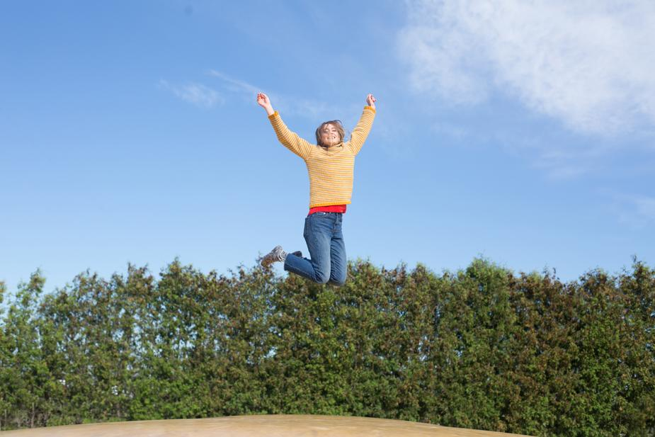 shopify tools: Burst photo shows A woman jumps in mid air outside