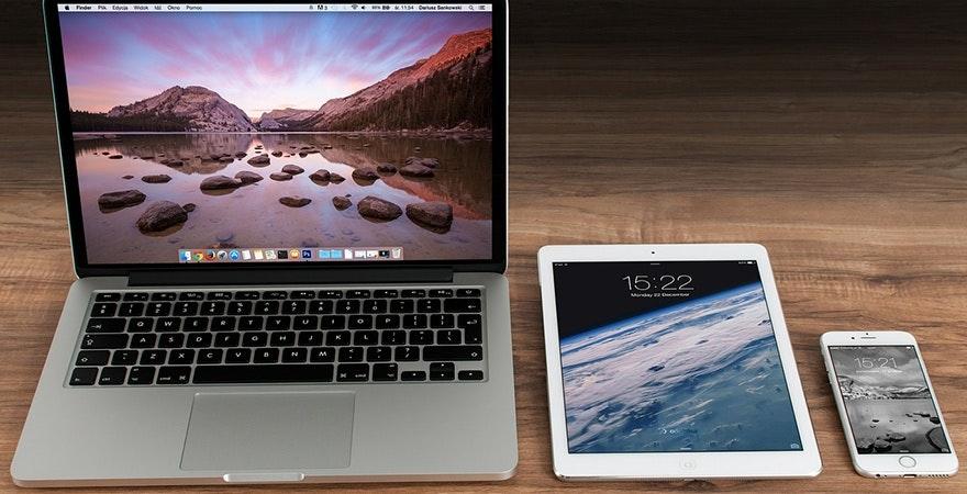 Apple Produkte auf Tisch