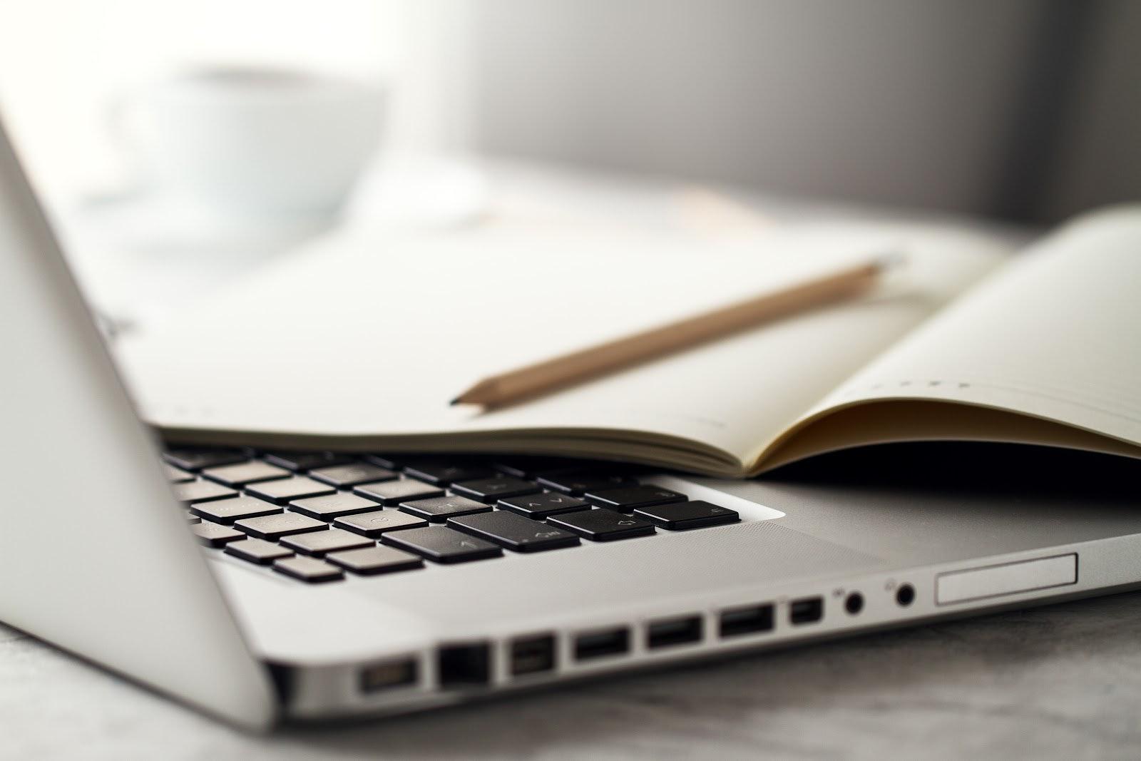 Laptop mit Journal