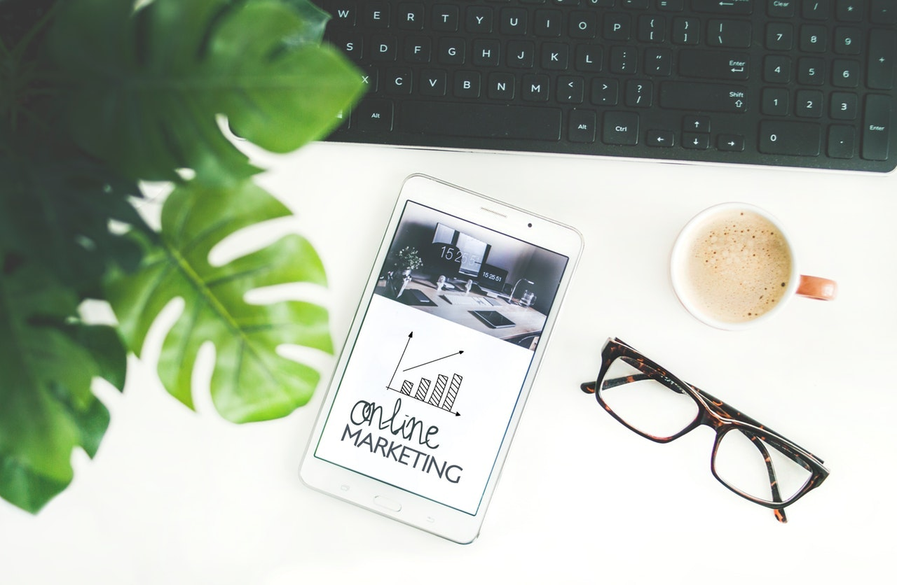 handy mit Onlinemarketing Schriftzug als Beispiel für Remote Jobs