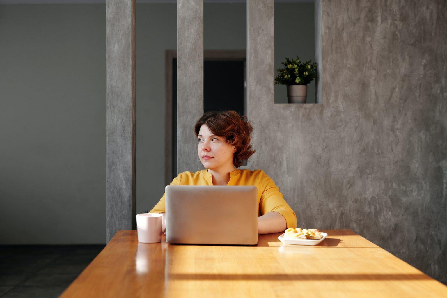 Frau am Schreibtisch mit Laptop