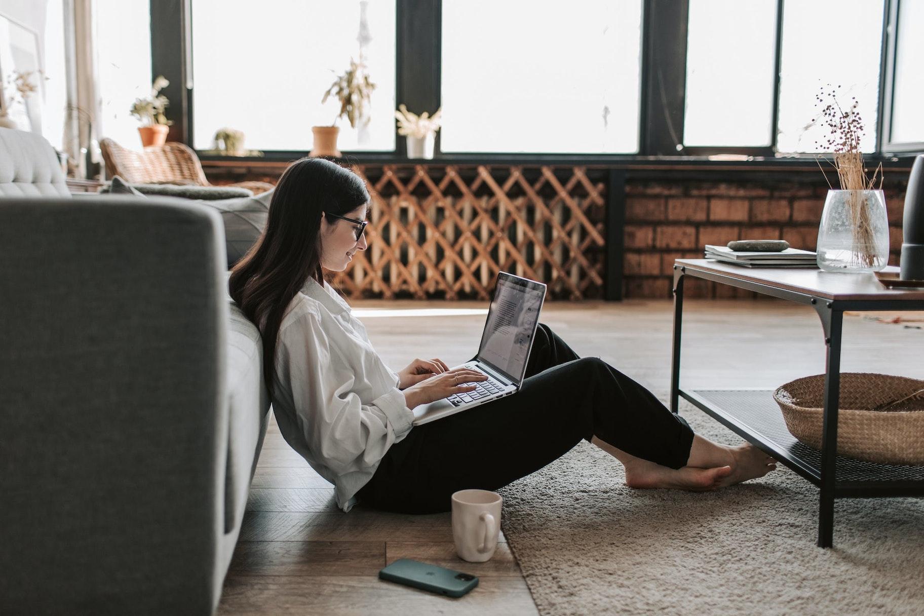 Frau am Laptop sitzend