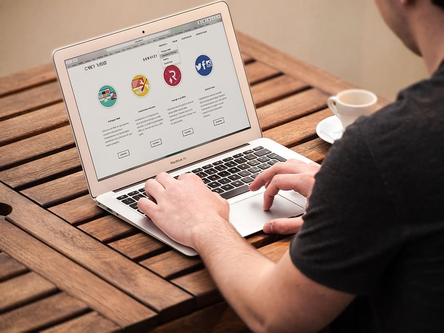 Online JObs als Web Designer - Man am Laptop