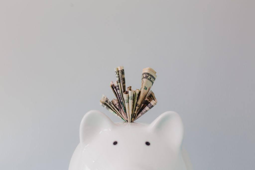 Sparschwein mit Geld im Schlitz