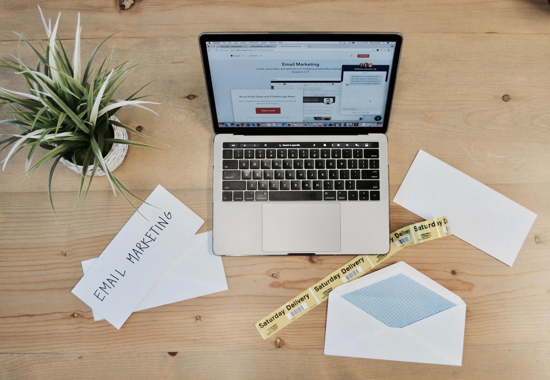 Newsletter Marketing - Laptop mit Utensilien