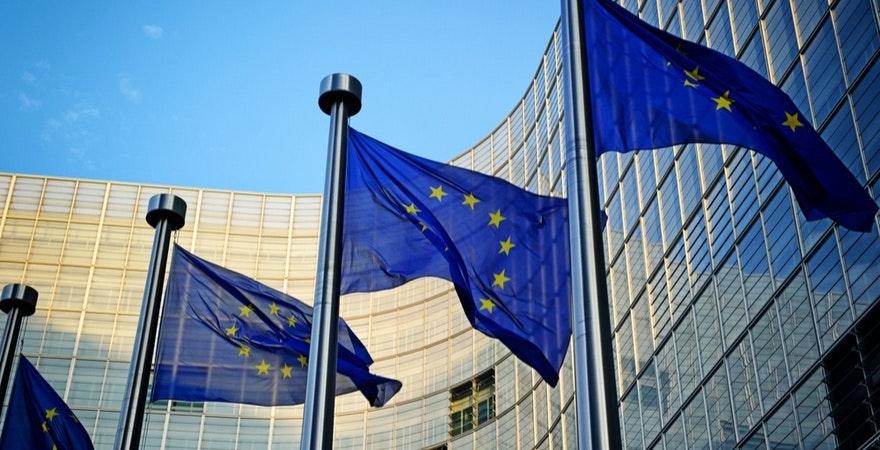 Flaggen der EU vor dem Parlament