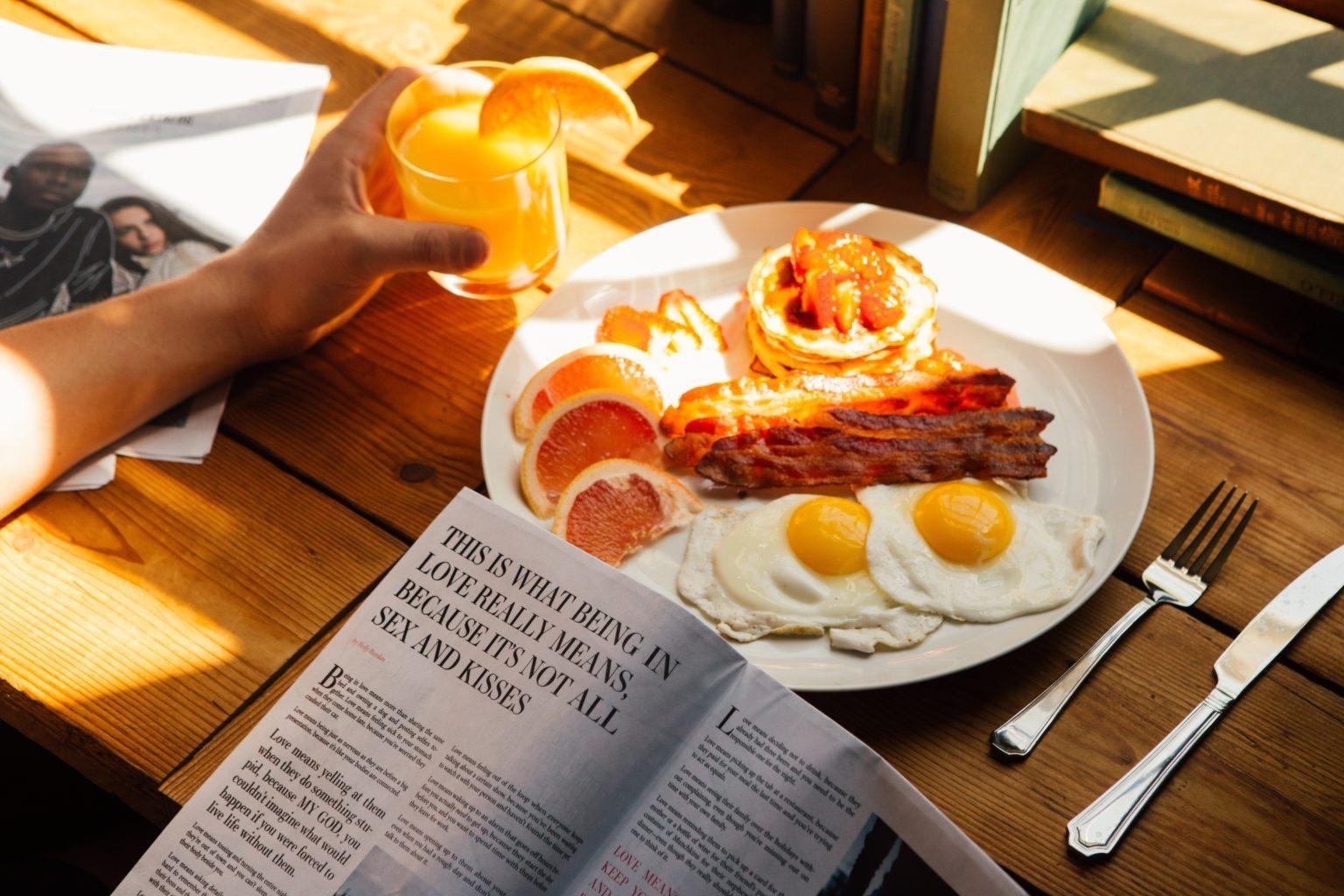 Frühstück mit Speck und Eiern