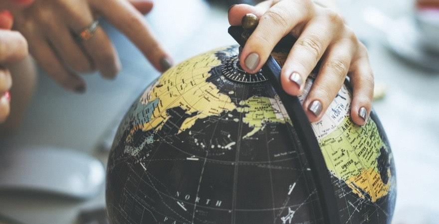 Globus mit 2 Händen