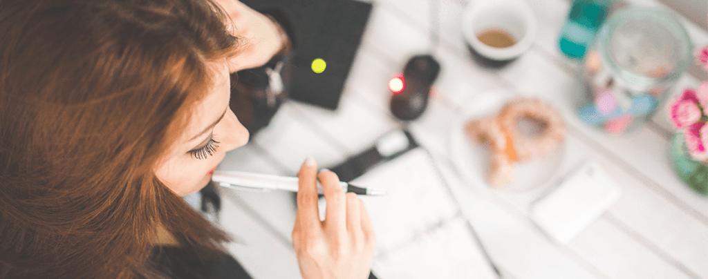 Frau kaut auf Stift