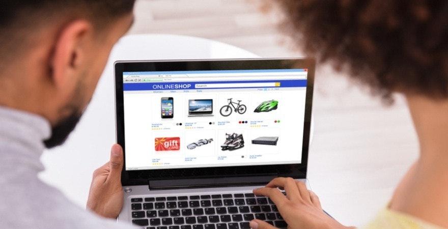 Mann und Frau an einem laptop