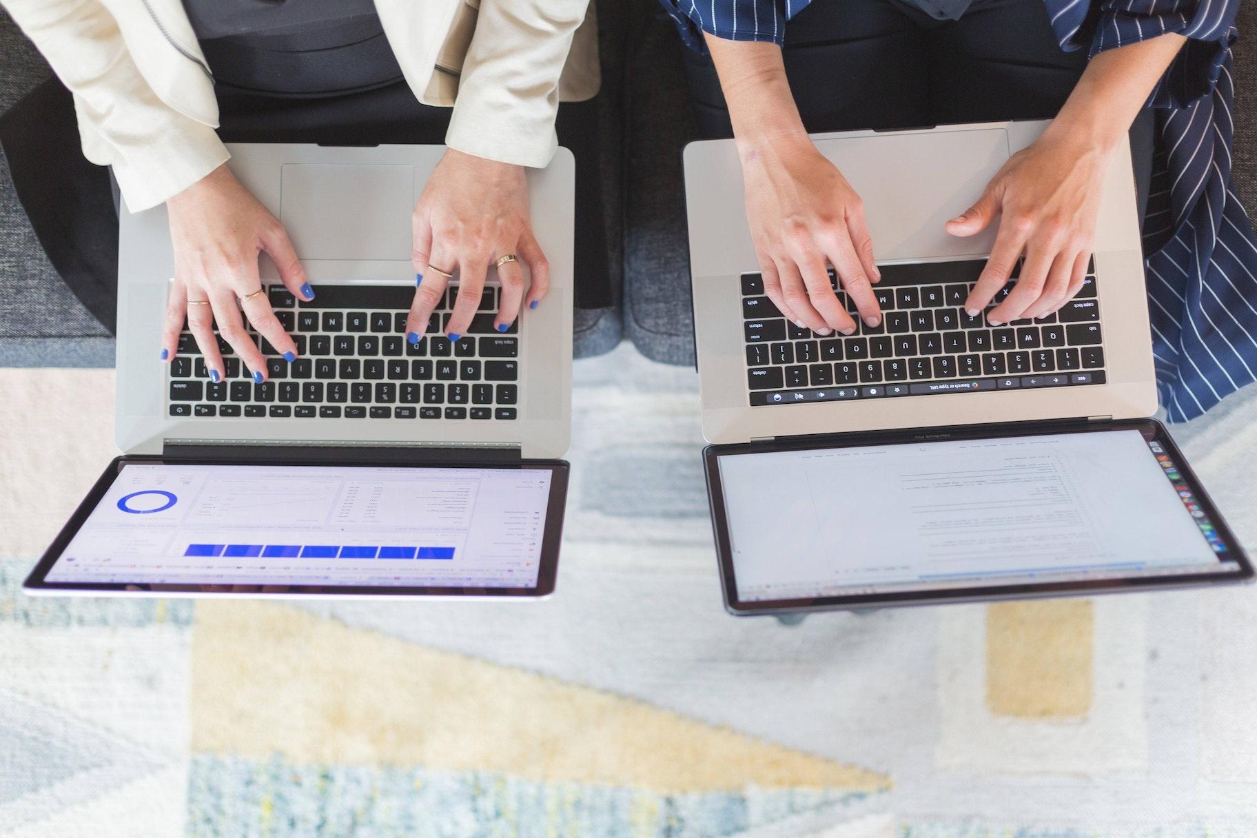 Zwei Laptops auf Tisch