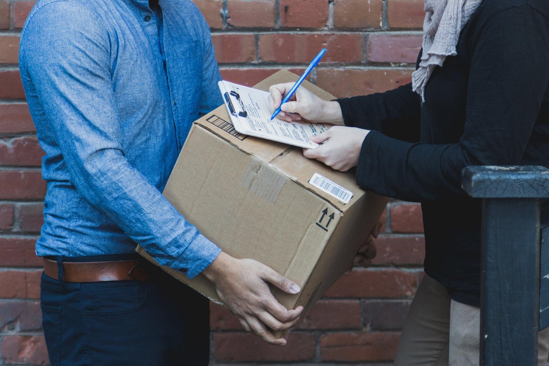 Paketlieferung und Unterschrift