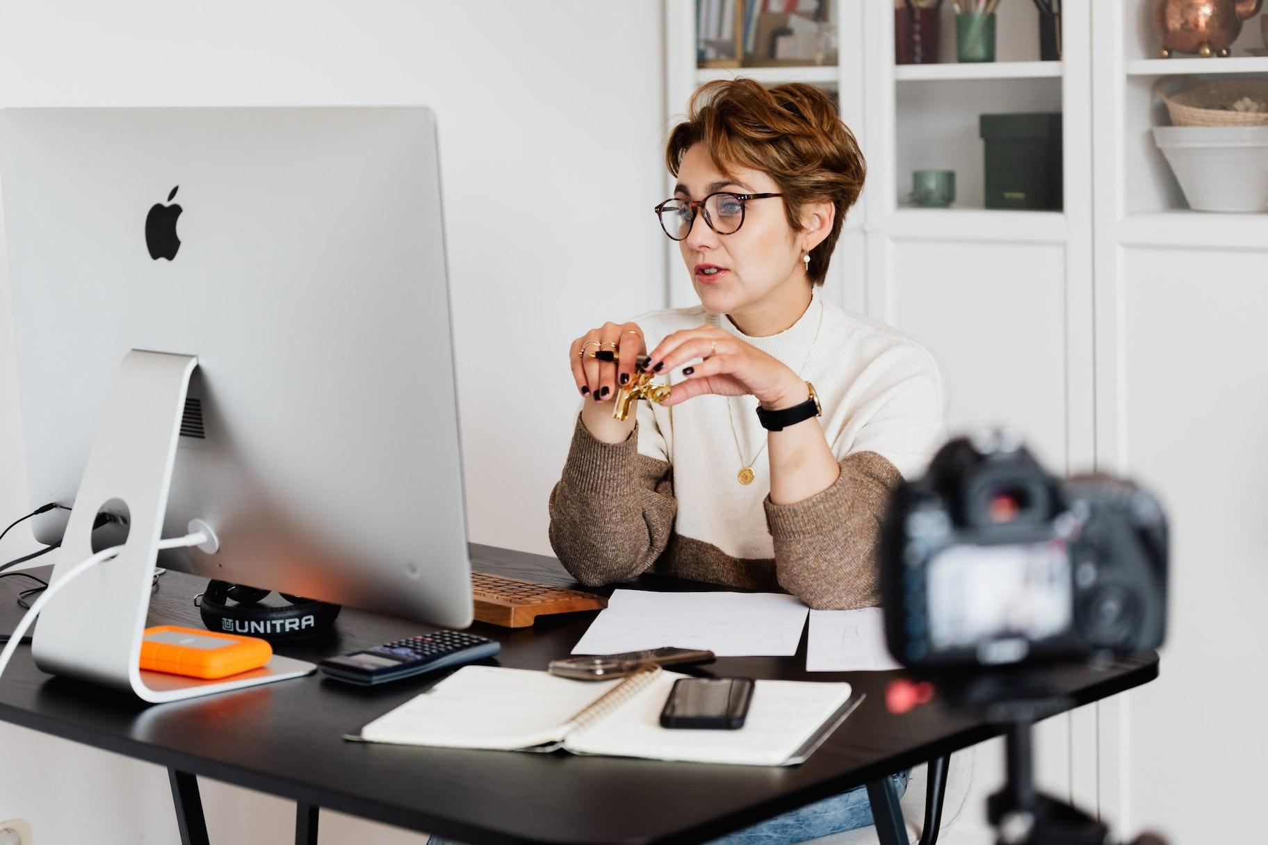 Mitos e verdades sobre o mercado de infoprodutos: mulher em curso online