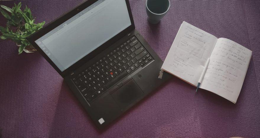 tráfego pago: computador aberto para fazer uma lista de leads