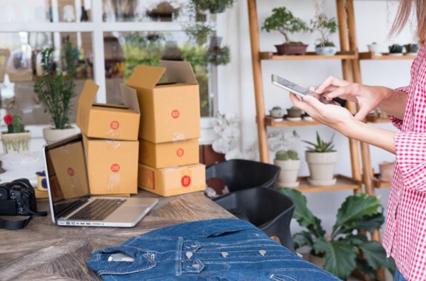 empreendedora organizando pedidos