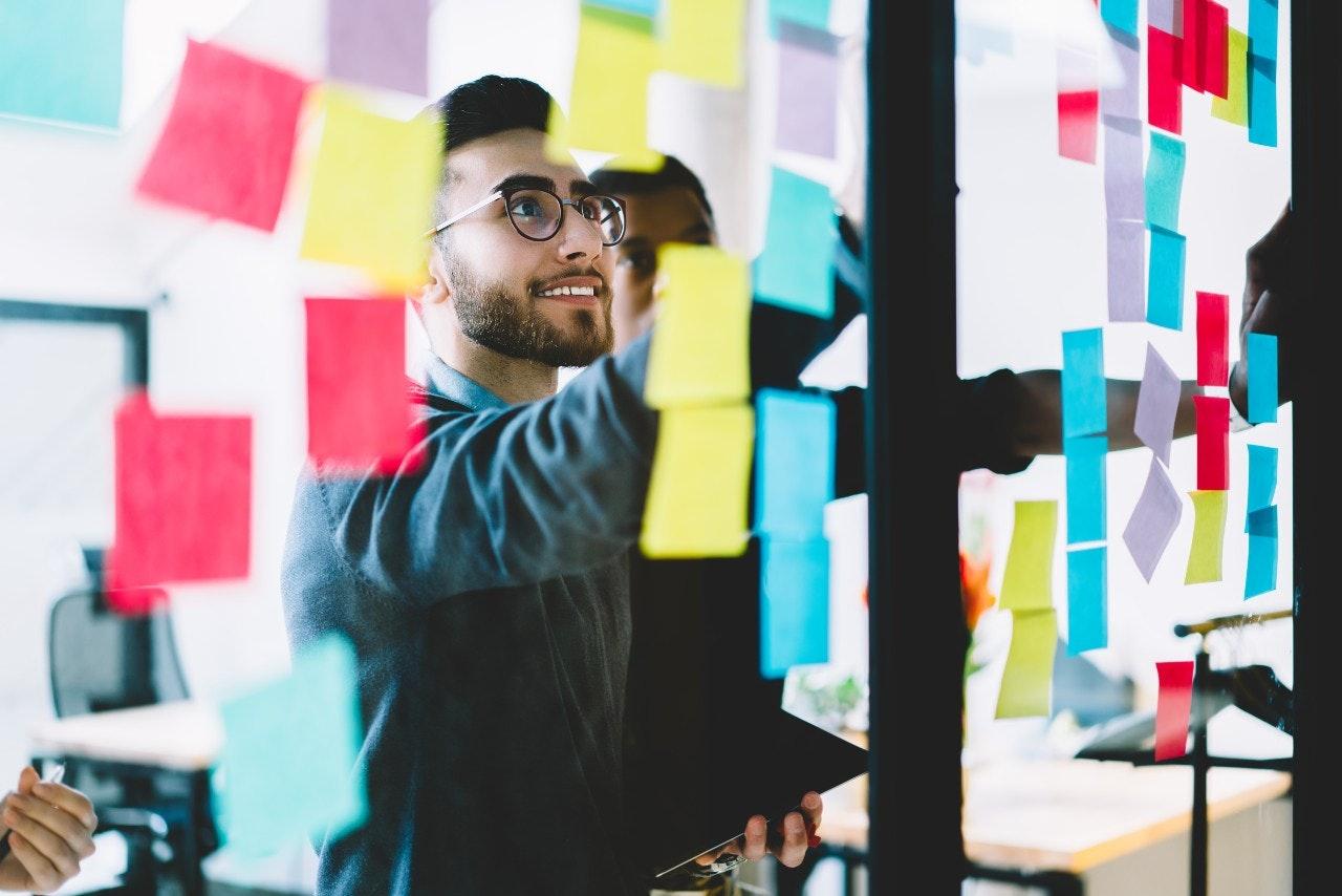 empreendedor trabalhando com post-its