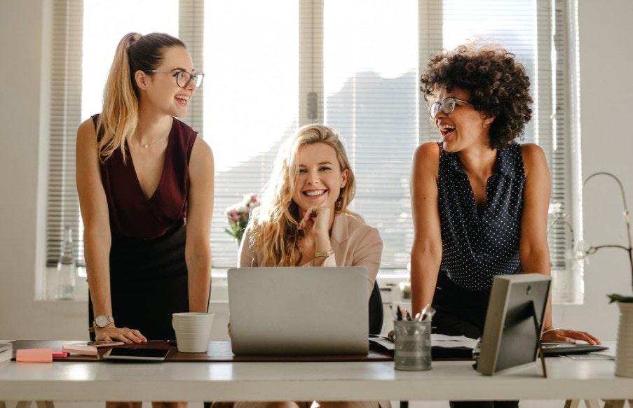 três mulheres empreendedoras em escritório