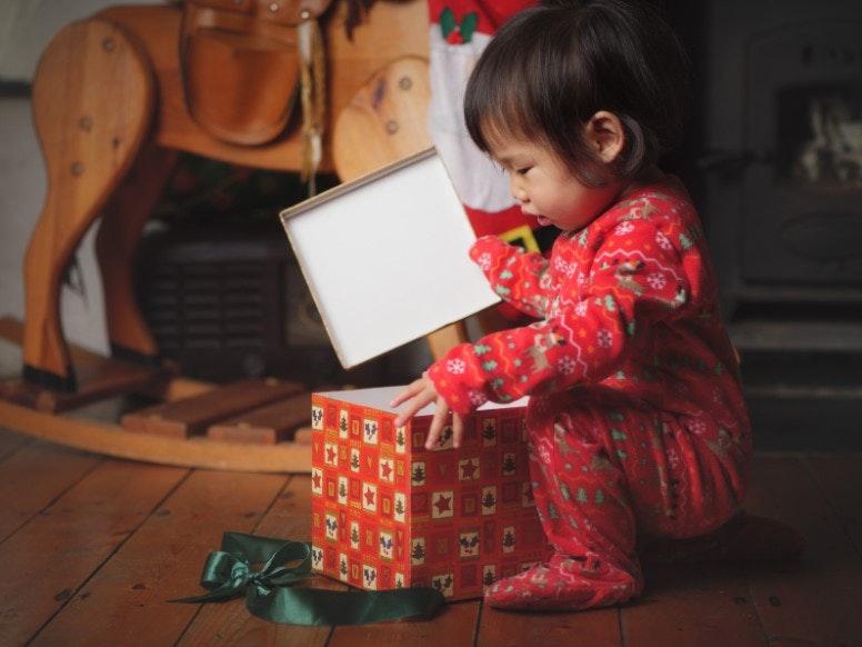 criança abrindo presente de natal