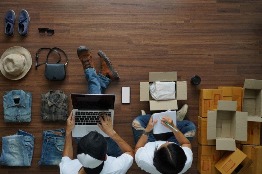 empreendedores organizando produtos