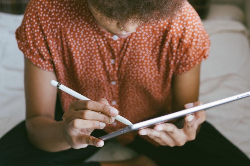 mulher trabalhando em tablet