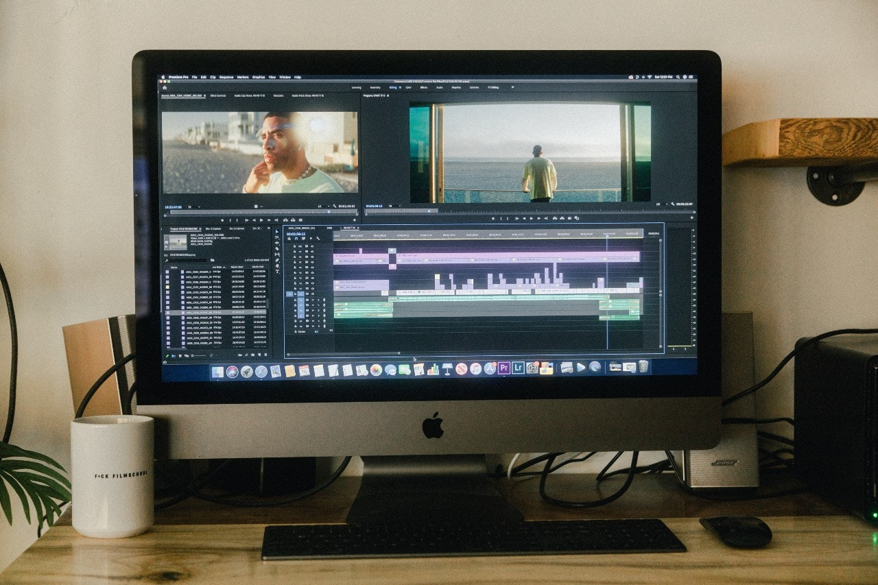 computador com software de edição de vídeo