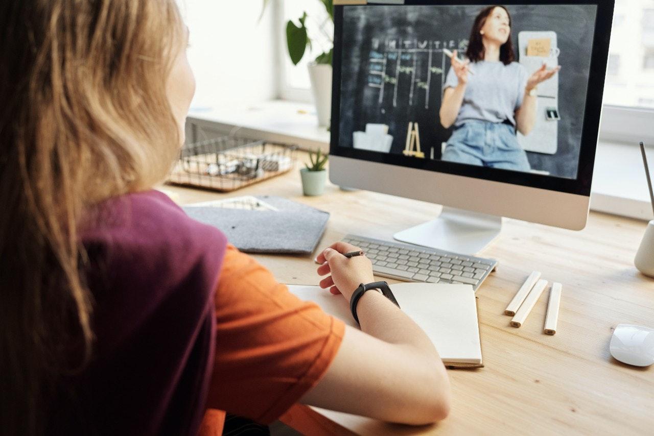 mulher assistindo aula online