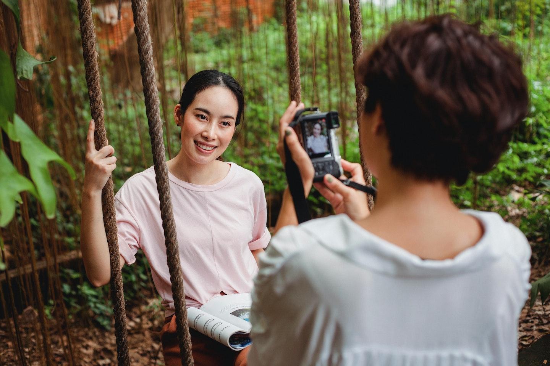 mulher tirando foto de outra mulher: o que são presets e como utilizá-los