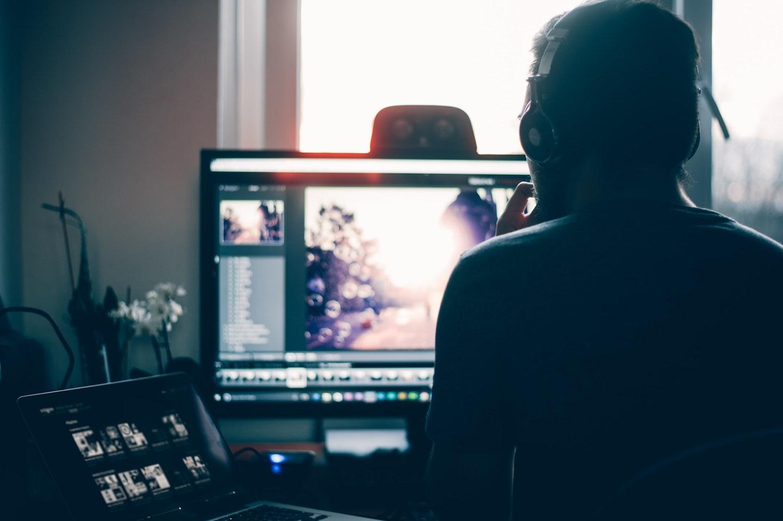 como usar presets: homem editando imagens no computador
