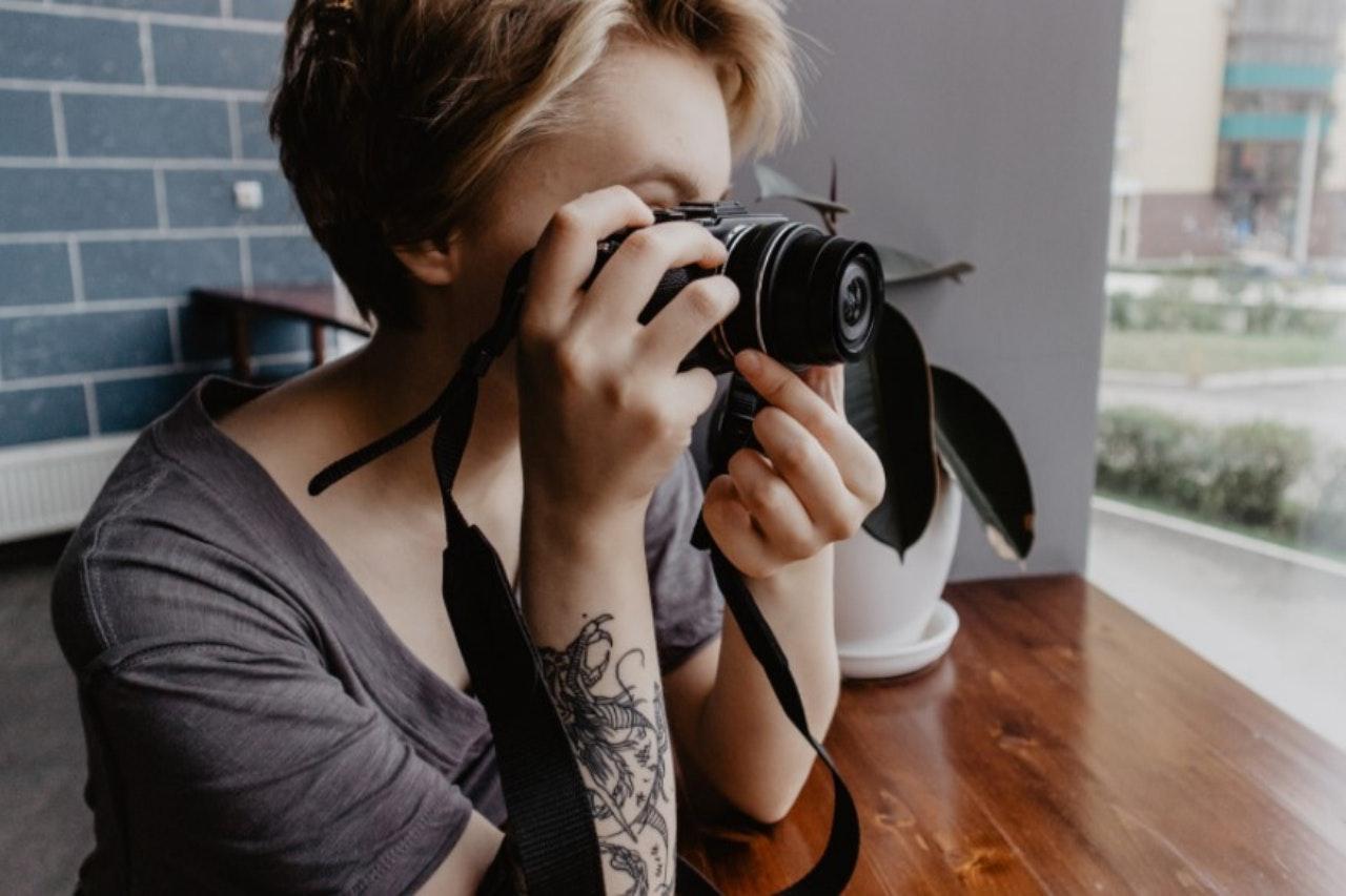 O que são presets: mulher com câmera fotográfica