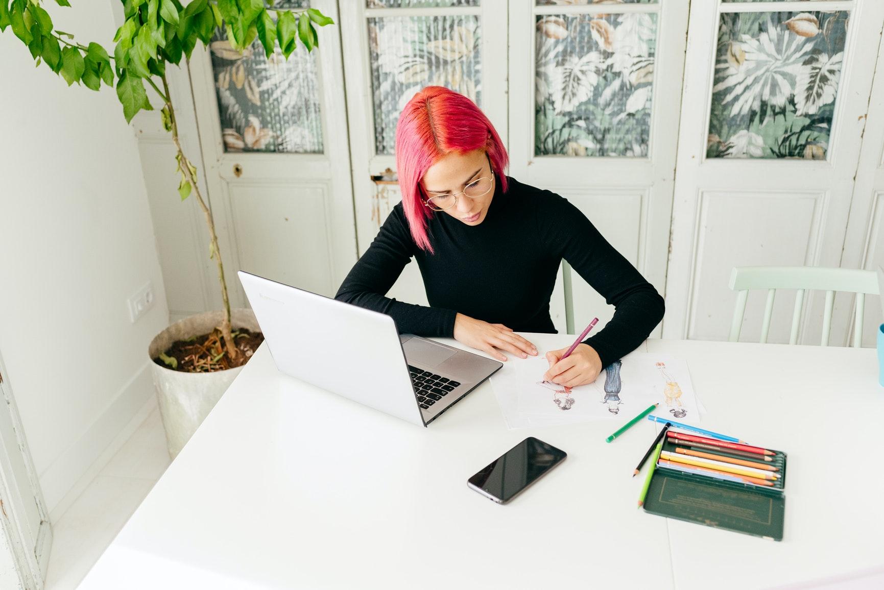 Loja virtual: como montar a sua em menos de 30 minutos (mulher trabalhando em mesa)