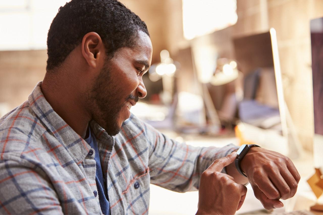 A relação entre gestão de tempo e produtividade: homem olhando para o relógio de pulso