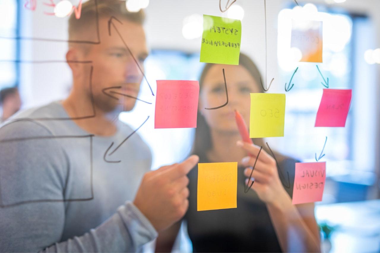 Defina metas para a gestão de tempo: pessoas utilizando post-its