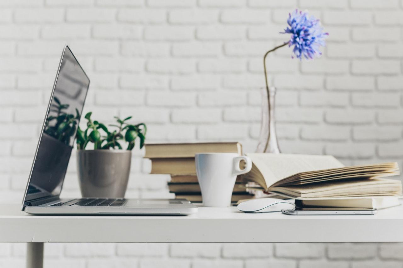 Organize o ambiente de trabalho: mesa de trabalho com itens