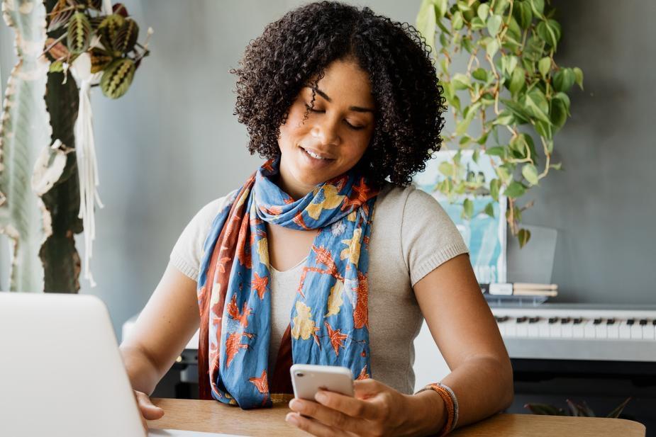 giovane donna con smartphone