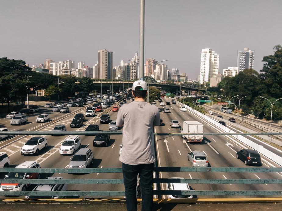 uomo su ponte