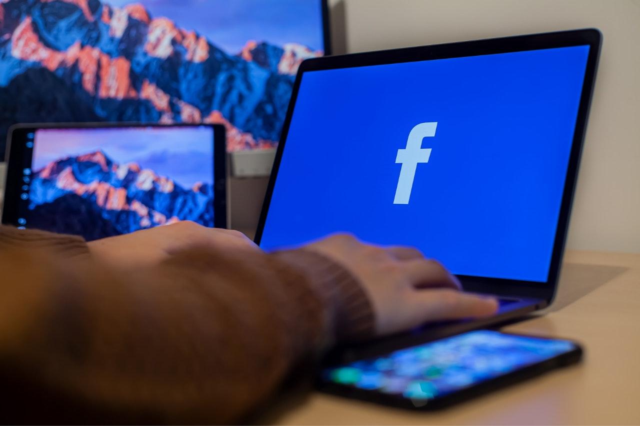 Anúncios Facebook: mudanças em 2021: computador com o logo do facebook