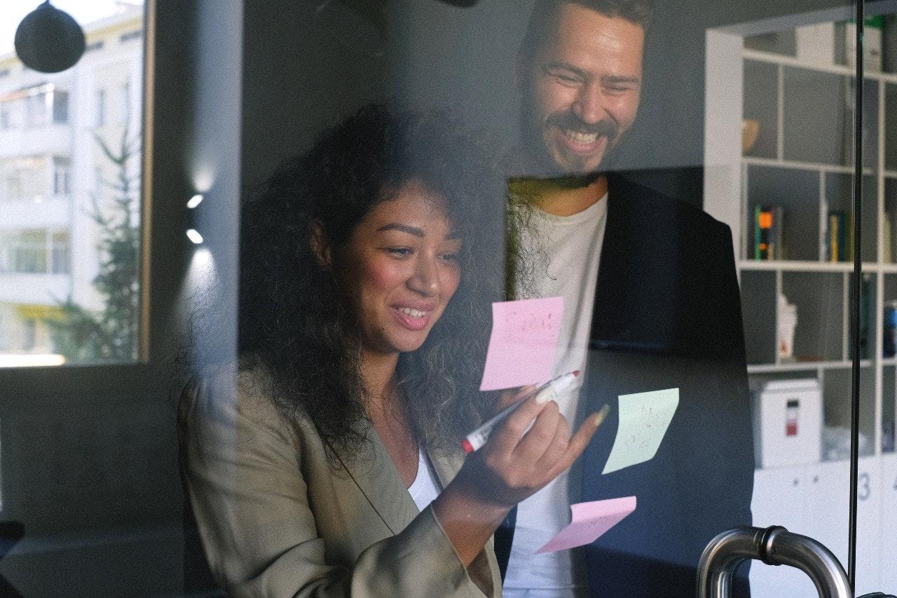 Os benefícios do marketing digital: pessoas trabalhando com notas em escritório
