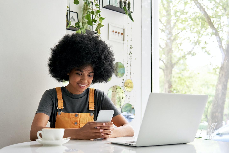 Ferramentas de marketing digital: mulher usando celular