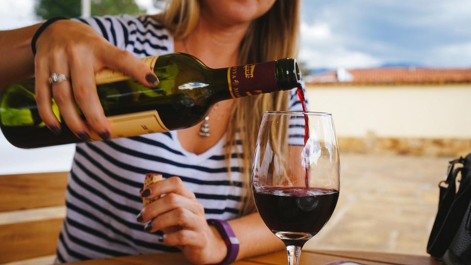 versare vino rosso