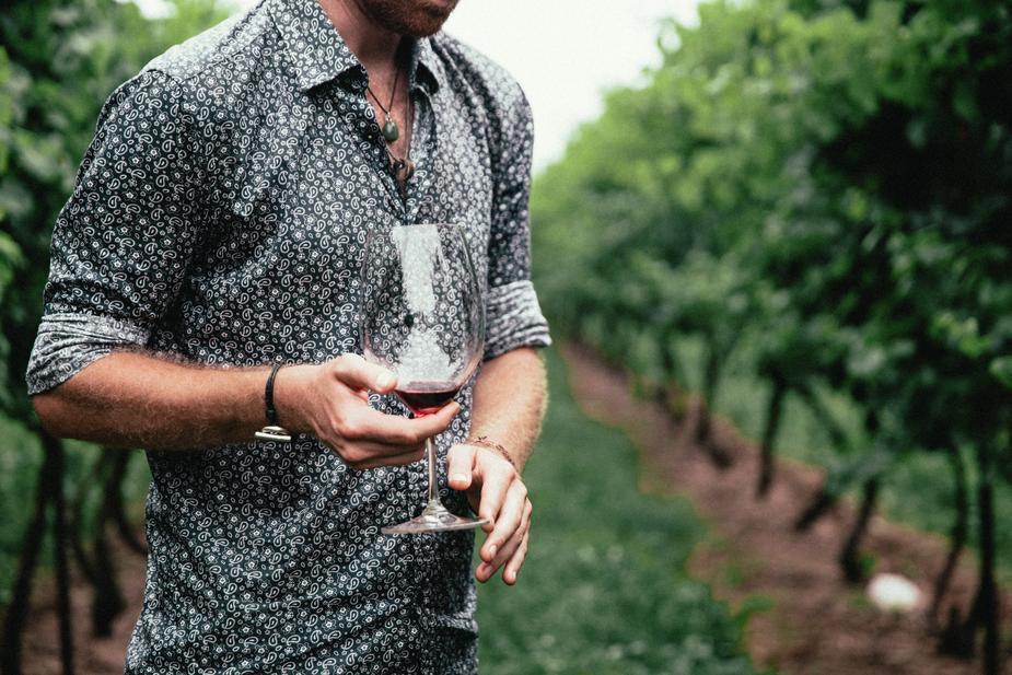uomo con calice di vino